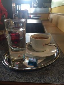 Café Schubert den dubbla espresson med liten chokladbit