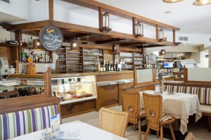 Café Restaurant Mayerei Bar, Tårtskåp. Bildägare @Café-Restaurang Mayerei